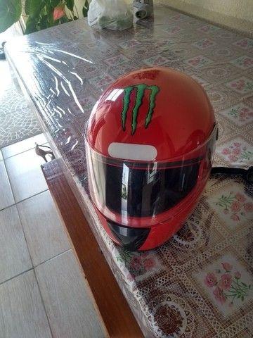 2 capacetes e 1 baú para moto