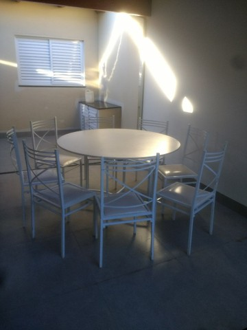 Vendo mesa de MDF , pés dobrável , acompanha 8 caideiras!