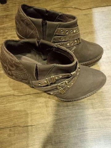 Linda bota de couro só  50 reais - Foto 3