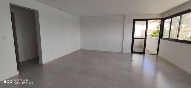 Apartamento 3 dormitórios de frente para lagoa do Violão - Foto 8