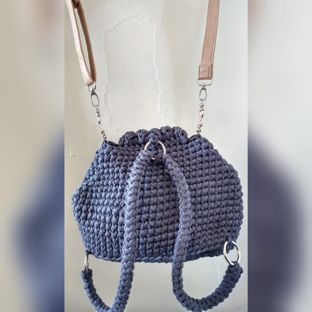 mochila de crochê em fio de malha - Foto 2