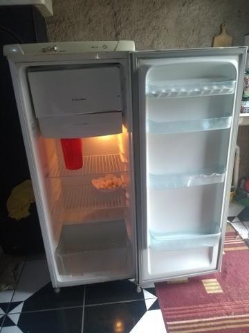 Vendo uma geladeira e um fogão - Foto 2