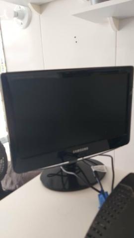 01 monitor, 02 caixinhas e 01 fonte