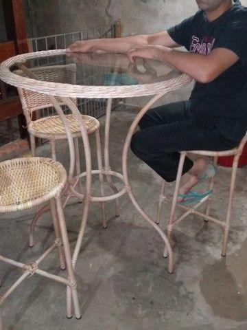Conjunto mesa e banquetas de vime - Foto 5