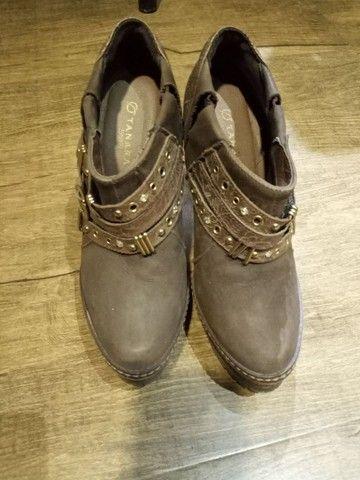 Linda bota de couro só  50 reais - Foto 2
