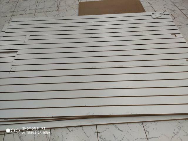 Painel canaletado usado com pequenos cortes