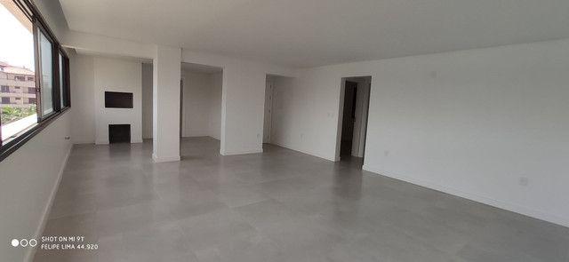 Apartamento 3 dormitórios de frente para lagoa do Violão - Foto 9