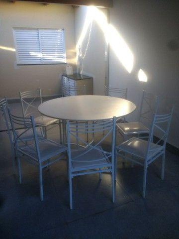 Vendo mesa de MDF , pés dobrável , acompanha 8 caideiras! - Foto 2