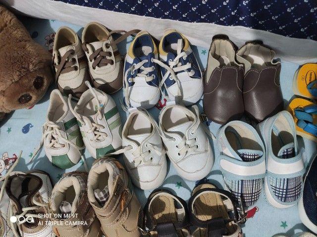 Lote com 18 pares de sapatinhos para menino