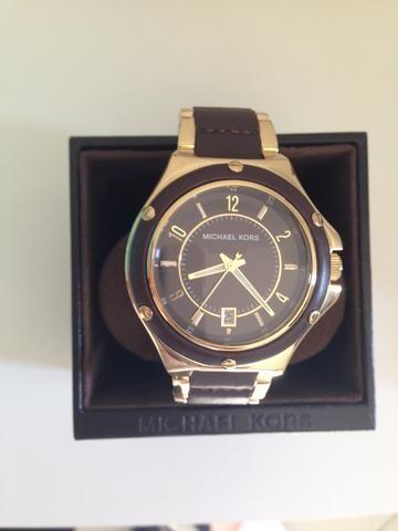 7035afeec Relógio Feminino Michael Kors dourado com detalhes em Original couro marrom