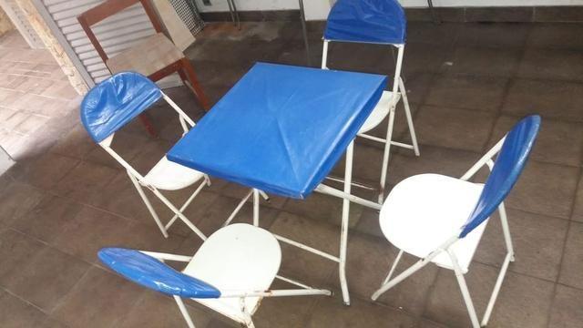40 conjuntos de mesa e quatro cadeiras de ferro, R$80,00 cada jogo