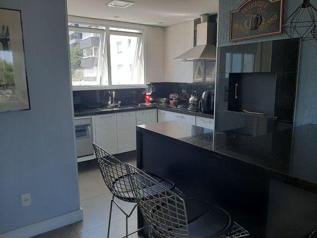 Alugo Apto Mobiliado de 3 dormitórios Bairro Petrópolis - Foto 2