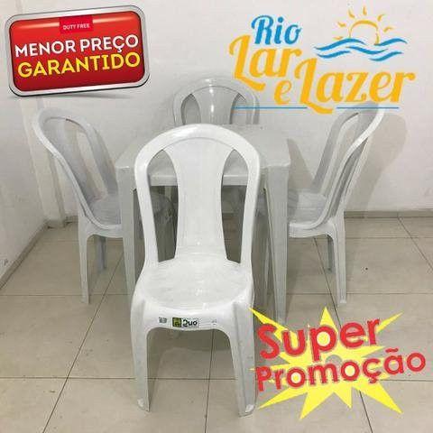 Mesa com cadeira de plastico