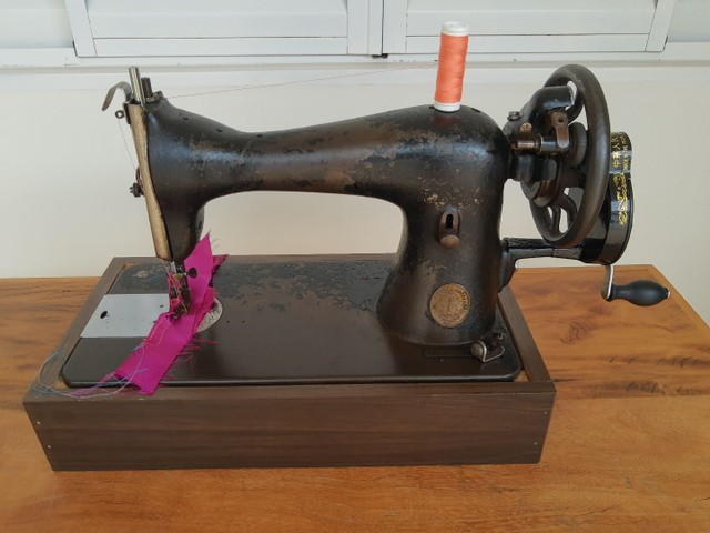 Máquina de costura Singer antiga - Foto 3