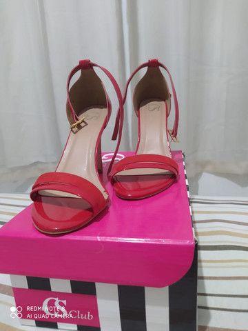 Sandália de marca semi nova - Foto 4