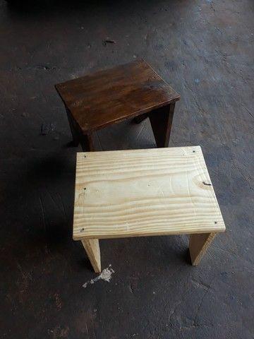 Banquinhos de madeira pinus rusticos 32 cm altura  - Foto 4