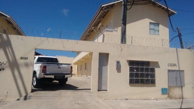 Kitinet um Quarto, Nascente, em Condomínio, com Vaga e ônibus na porta. Um mês de Caução.