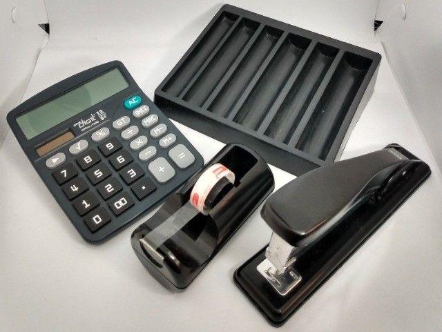 Lote Escritório: grampeador, porta fita adesiva, calculadora e porta moedas