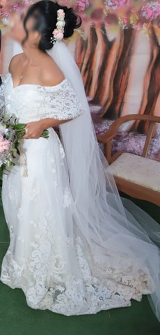 Vestido de noiva rendado + véu
