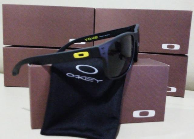 f8ebbd214 Óculos de Sol Oakley Holbrook VR 46 Preto Com Detalhe Amarelo Polarizado