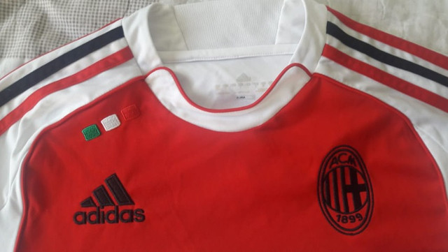 Camiseta de futebol Milan Fly Emirates seminova - Foto 2