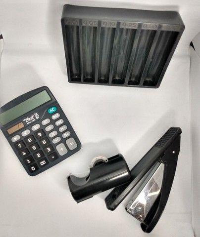 Lote Escritório: grampeador, porta fita adesiva, calculadora e porta moedas - Foto 4