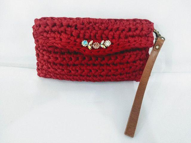 Bolsa carteira clutch em fio de malha alça de couro