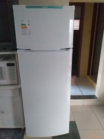 Vende se uma geladeira  semi nova consul