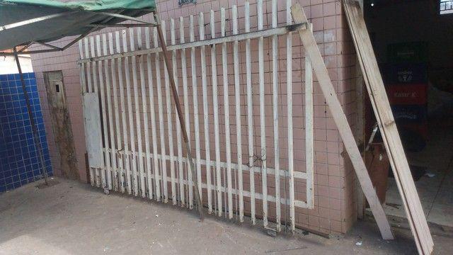 Portão grande e grade