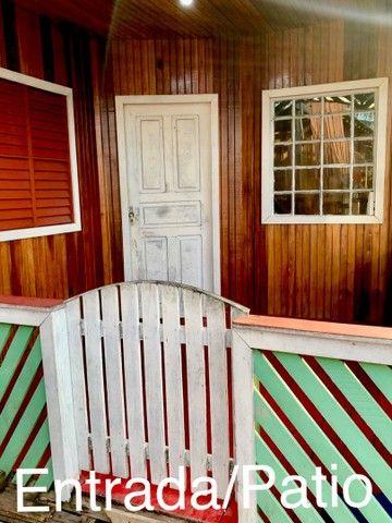 Casa de dois andares em madeira, em área de ressaca