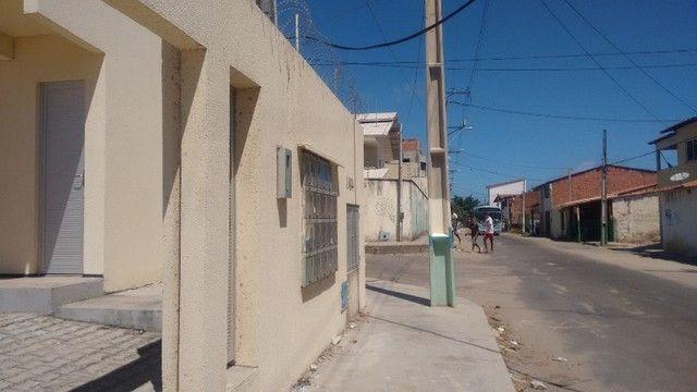 Kitinet um Quarto, Nascente, em Condomínio, com Vaga e ônibus na porta. Um mês de Caução. - Foto 3