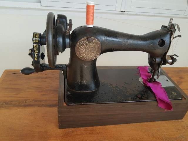 Máquina de costura Singer antiga - Foto 6