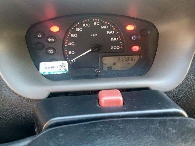 Celta 2003 com 4 pneus zeros