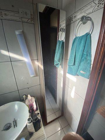 Armário vertical com espelho
