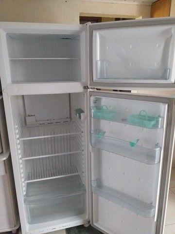 Vende se uma geladeira  semi nova consul - Foto 2
