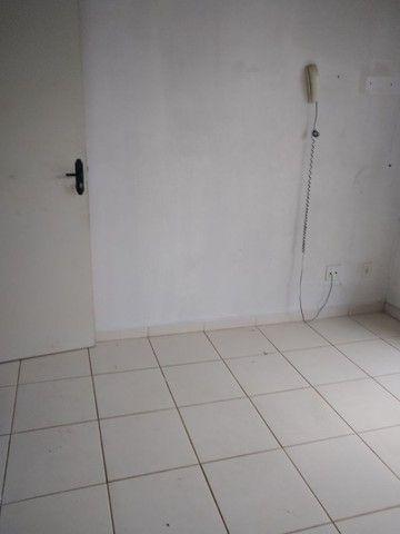 Aluga se um apartamento no condomínio Alamanda