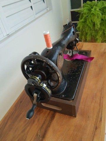 Máquina de costura Singer antiga - Foto 4