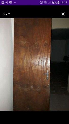 Porta de madeira com fechadura e chave