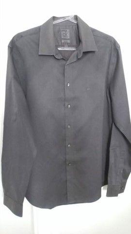 Camisa social fina Calvin Klein.