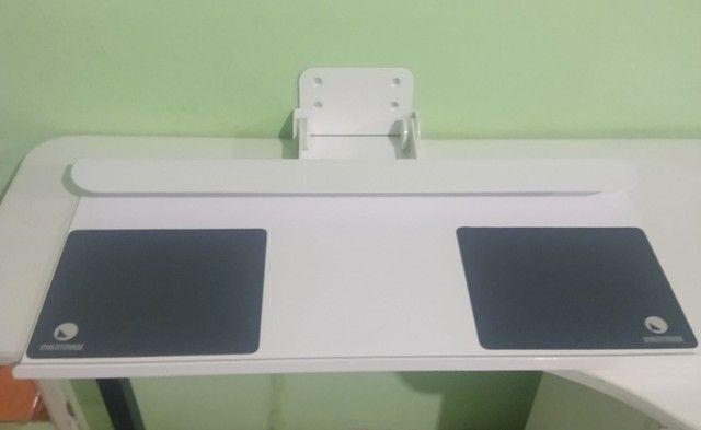Suporte de parede para teclado e mouse