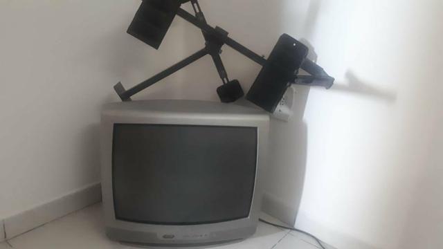 Tv pequena, mas funcionando bem, sem defeitos.