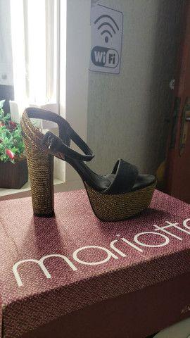 Vendo Sandália meia pata preta com fio dourado.