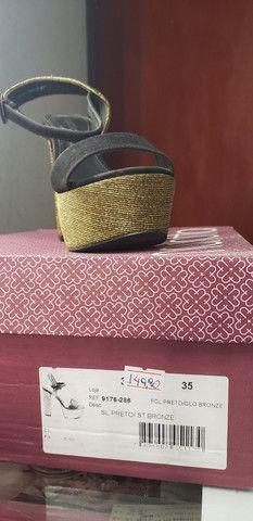 Vendo Sandália meia pata preta com fio dourado. - Foto 3