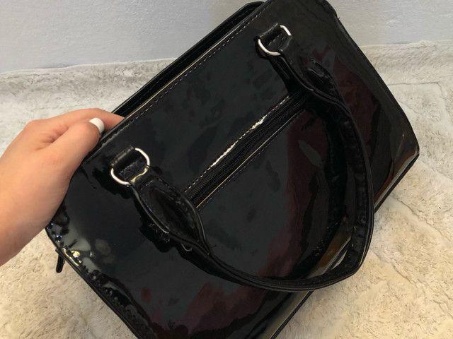 Vendo bolsa média em verniz preto - Foto 3