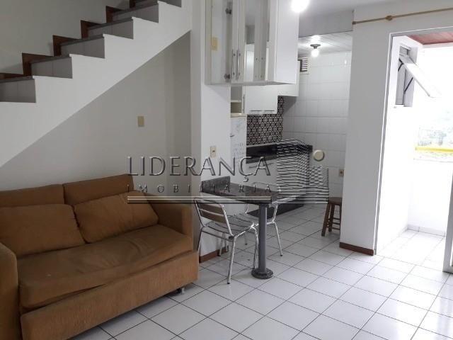 Apartamento, Serrinha, 1 dormitório, sala com sofá cama e rack, cozinha com armários, área
