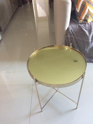 Mesa lateral dourada