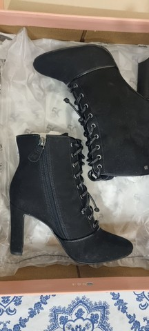 Bota ankle boot em nobuk e verniz, com cadarco, 35 salto alto raphaella booz  - Foto 4