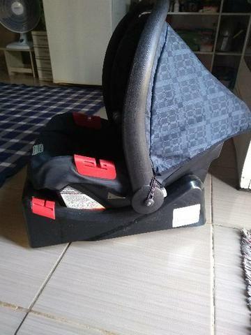 Bebê conforto com a base automotiva