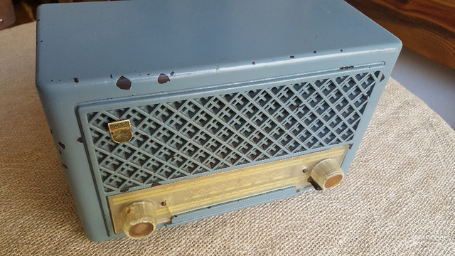 Rádio valvulado Phillips de baquelite