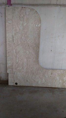 Mesa de mármore travertino em L.